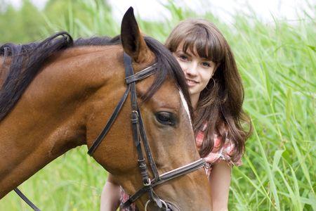 mujer en caballo: La imagen de una hermosa ni�a morena con caballo