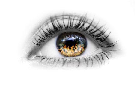 ojos negros: Imagen del ojo humano con fuego en los ojos