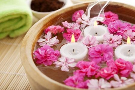 Bild der Spa-Therapie, Blumen im Wasser, auf einem Bambus-Matte.