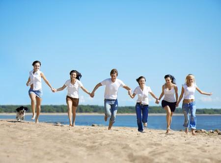 Imagen de un grupo de personas relajados en la playa  Foto de archivo - 7623519
