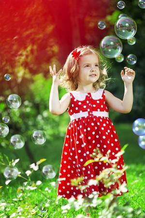 La imagen de una niña pequeña cute con burbujas