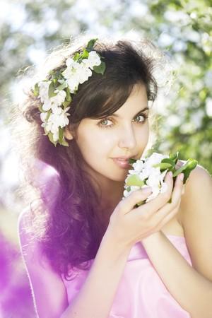 olfato: La imagen de una hermosa muchacha fue floreciente huerto de manzana  Foto de archivo