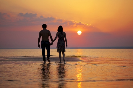 Het beeld van twee mensen in liefde bij zonsondergang