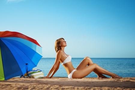 personas banandose: Imagen de chica de lujo se encuentra en la playa Foto de archivo