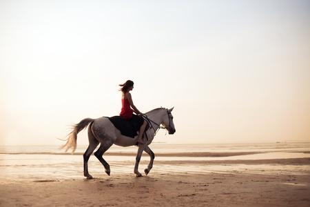 femme a cheval: L'image d'une fille sur un cheval sur le fond de la mer