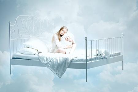 lit: L'image d'une jeune fille couch�e sur le lit