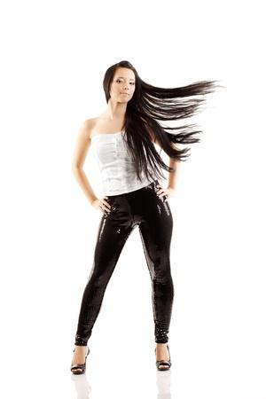 Image de fille avec des cheveux de luxe voler dans le vent