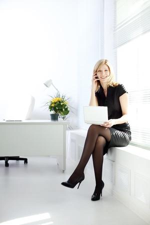 secretaria: Mujer de negocios hablando por teléfono