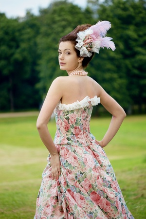 Eine Frau wie eine Prinzessin in einem Vintage-Kleid in der Natur