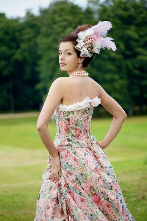 vestido medieval: Una mujer como una princesa en un vestido vintage en la naturaleza