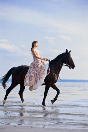 femme a cheval: Image d'une femme sur un cheval par la mer