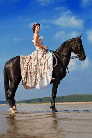parapente: Imagen de una mujer en un caballo por el mar