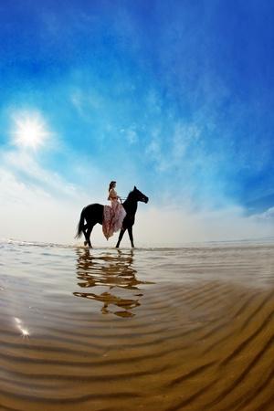 caballo de mar: Imagen de una mujer en un caballo por el mar