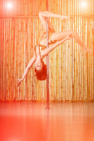 Beaut� femme sexy pole dance. photo