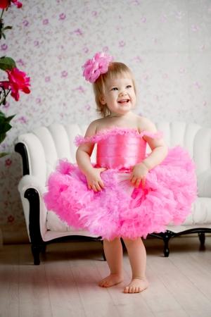 Linda chica, una niña en un vestido rosa Foto de archivo