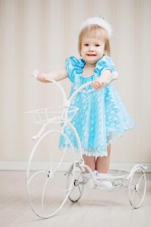 petite fille avec robe: Fille mignonne, un enfant dans une robe bleue