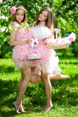 Las muchachas gemelas de estilo muñeca rosa