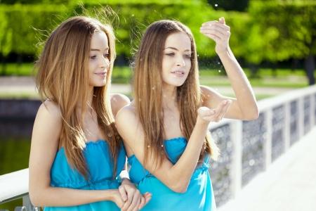 niñas gemelas: Gemelos hermosos en el parque