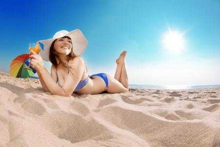 Vrouw op het strand. Jong mooi meisje op het zand bij de zee.