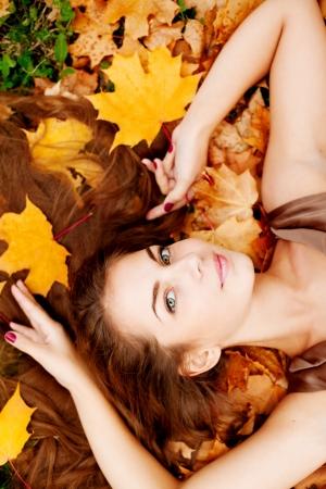 浪漫: 女人在秋季公園 版權商用圖片