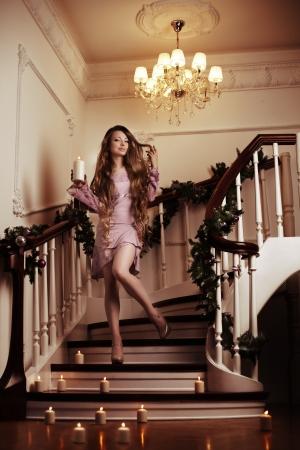 rijke vrouw: Mooie rijke vrouw op de trap met een kaars