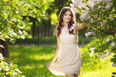 jardines flores: Mujer joven y flores