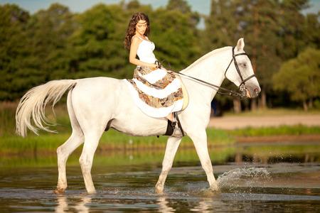 femme et cheval: Belle femme sur un cheval. Cavalier, femme à cheval sur la plage