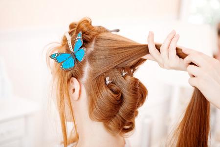 estilista: Estilista de pelo hace que la novia en el día de la boda Foto de archivo