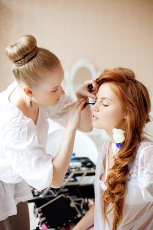 estilista: El estilista hace el maquillaje de la novia en el d�a de la boda