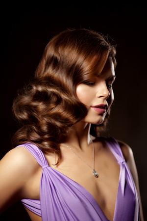 donna ricca: La moda di lusso alla moda donna nell'interiore ricco. Ragazza di bellezza con un taglio di capelli alla moda e il trucco chic