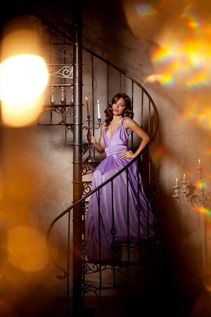 donna ricca: La moda di lusso alla moda donna nell'interiore ricco. Bella ragazza con un taglio di capelli alla moda e il trucco chic Archivio Fotografico