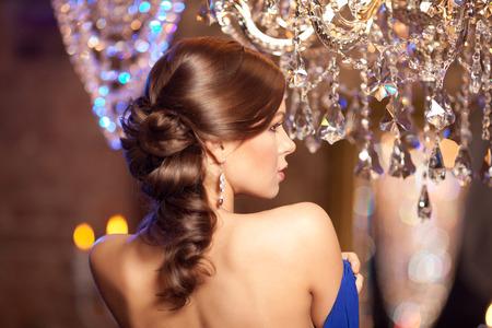donna ricca: Moda di lusso alla moda donna nel ricco interno.