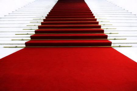 階段の上のレッド カーペット