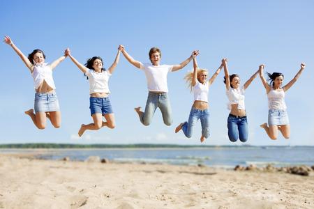 Gruppe junger Freunde genießen eine Strandparty im Urlaub. Standard-Bild - 31356911
