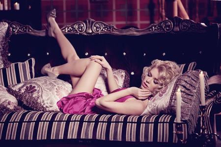 ファッショナブルなスリムきれいで若い女性の寝室。 写真素材