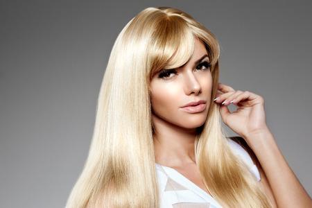 Beauté jeune femme, de longs cheveux blonds de luxe. Coupe de cheveux, frange. Filles peau, le maquillage, les lèvres, les cils, les ongles manucurés frais, sains et brillants. Fashion model dans les soins de spa salon. Sexy look coiffure à la mode. Banque d'images - 39395647
