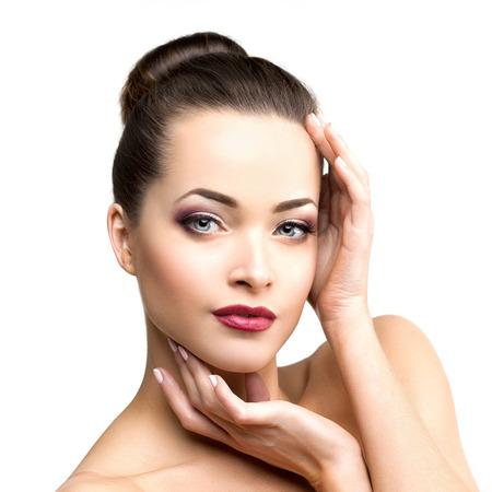 schoonheid: Mooie model vrouw in schoonheidssalon make-up Jonge moderne meisje in luxe spa Lady make-up Mascara voor langere wimpers lippenstift op de lippen oogschaduw glanzend haar manicure met nagellak Producten Behandeling