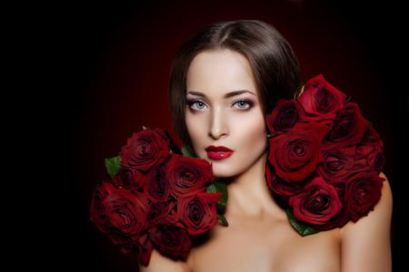 mujer con rosas: Mujer modelo hermosa flor rosa en el salón de belleza del cabello
