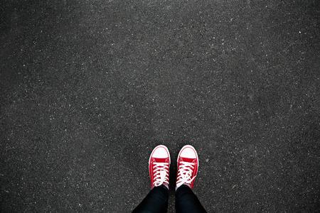 Gumshoes sur urbain grunge fond d'asphalte. Image conceptuelle de jambes en bottes sur rue de la ville. chaussures de pieds marchant dans extérieur. Selphie jeunesse hippie moderne Banque d'images - 47810239
