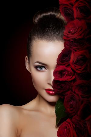 mujer con rosas: Mujer modelo hermosa flor color de rosa en el pelo Foto de archivo