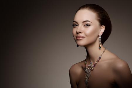 the neck: -Alta moda ragazza modello Archivio Fotografico