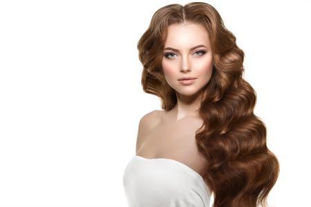 modelos desnudas: Cabello largo. Las olas rizos peinado.