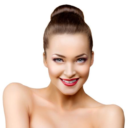 labios sexy: Mujer modelo hermosa en la belleza del maquillaje del salón Foto de archivo