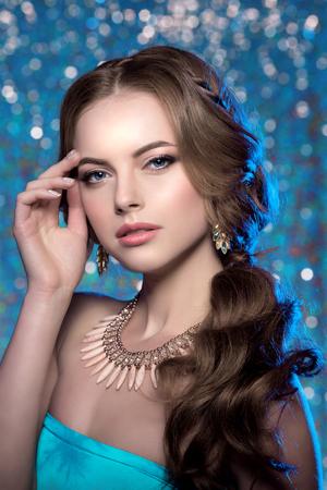 ojos azules: Modelo de la mujer de invierno magn�fico maquillaje de belleza peinado con estilo. Foto de archivo