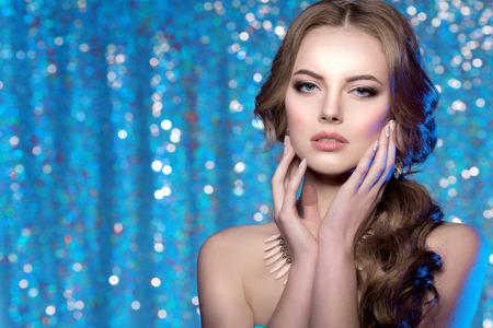 pelo: Modelo de la mujer del invierno magn�fica belleza maquillaje peinado con estilo.