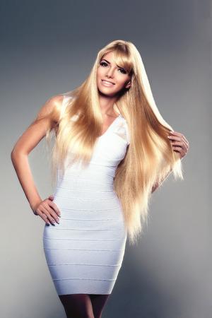 sexy young girls: Молодая женщина красота, роскошь длинные светлые волосы. Стрижка, бахрома. Девушки свежие здоровой кожи, макияж, губы, ресницы, ногти ухоженные блестящие. Мода модель в салоне спа ухода. Сексуальная модные прически взгляд.