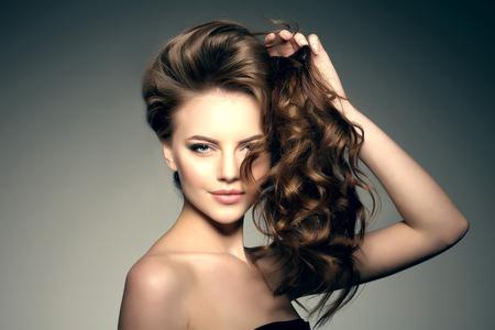 modelo desnuda: Modelo con el pelo largo. Olas rizos peinado. Peluquería. Updo. Modelo de manera con el pelo brillante. Mujer con el pelo sano chica con corte de pelo de lujo. La pérdida de cabello de la muchacha con el volumen del cabello.