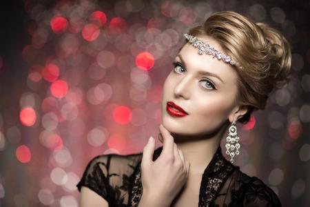 modelo: Modelo de alta moda Beauty Girl Mujer alta moda Vogue Retrato del estilo del collar de diamantes joyas preciosas moda Señora de lujo hermoso maquillaje con estilo Maquillaje ojos perfecto piel labios rojos fondo de luces borrosas. Bokeh, luz de fondo Foto de archivo