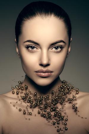 High-fashion model Girl. Beauty Woman high fashion Vogue stijl portret van mooie modieuze meisje dame van de luxe met kostbare juwelen van parels rond haar hals, ketting stijlvolle make-up, make-up Perfect huid, ogen en lippen