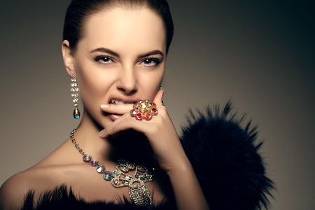 -Alta moda modelo muchacha de la mujer de belleza de alta moda Vogue Retrato del estilo de moda hermosa Señora de lujo preciosa joyería de diamantes anillo de collar de estilo de maquillaje Maquillaje Perfect Ojos Piel labios pasión, la agresión